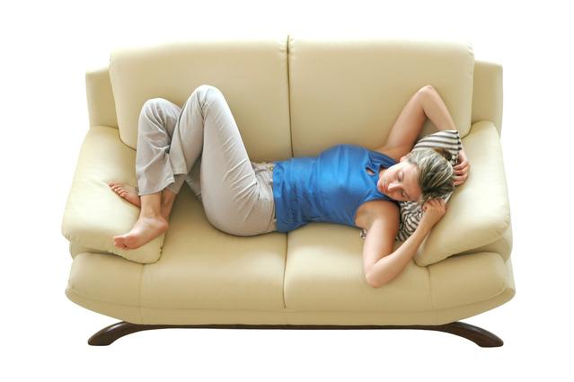 Žena spí na gauči.jpg