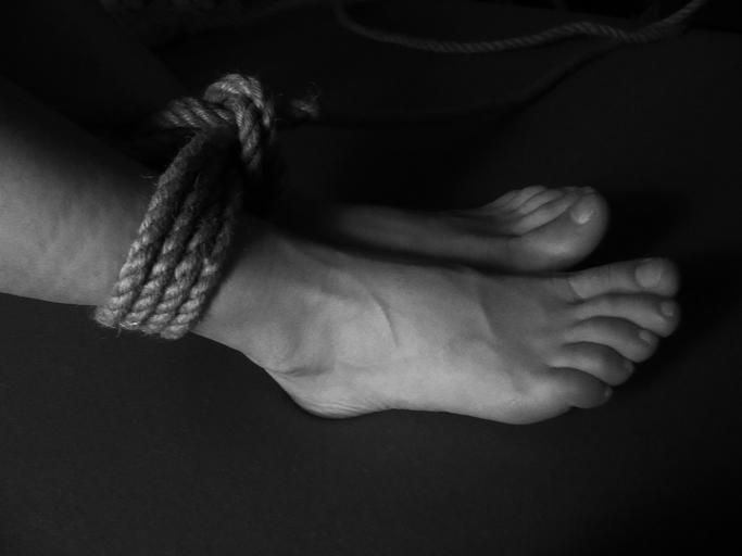 Ženské nohy zviazané lanom