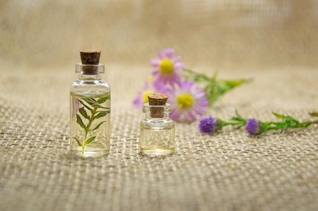Olej v dvoch sklenených malých fľaštičkách položených na vrecovine.jpg