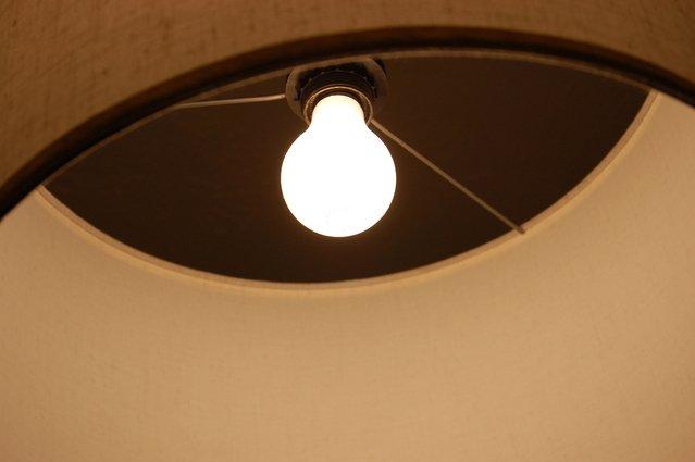 Svietiaca žiarovka na lustri.jpg
