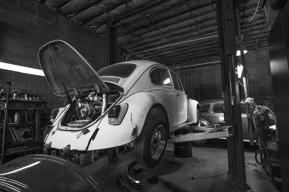 staré auto v garáži